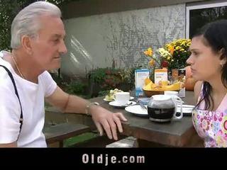 Oldje: starý otec david pounds a príťažlivé násťročné v jeho yard