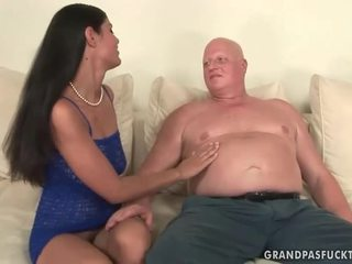 Дебели баба fucks палав млад момиче