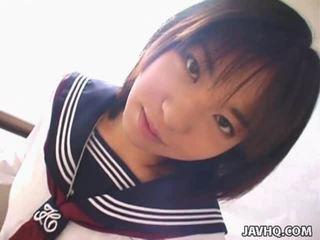 Teenaged japanska coed gives henne först cocksuck