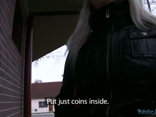 Streetwalkers earns some extra cash by sucking a cock