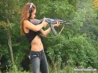 Shooting guns 가까운 로 약 avid fool
