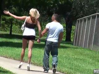 ผอม ผู้หญิงสำส่อน rides a ควย