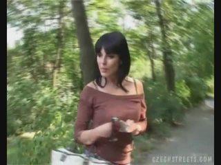 Τσέχικο κορίτσι τσιμπουκώνοντας καβλί επί ο δρόμος για λεφτά
