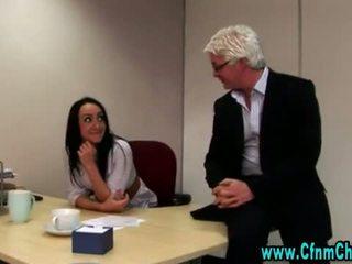 Seksikas riietes naine paljaste meestega kontoris beib video