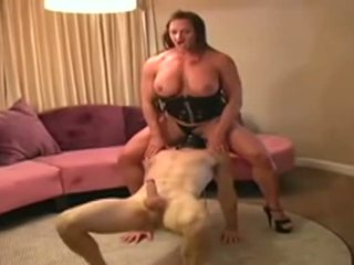 Female bodybuilder dominates мъж и gives му духане