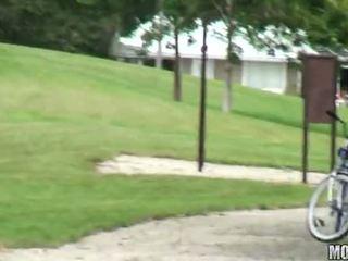Ein muschi spielen nach fahrrad fahrt video