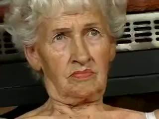 Tóc rậm bà nội loves dildos