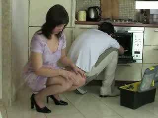 Dona de casa e repairman vídeo