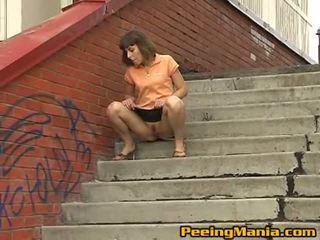 Impressive 褐髮女郎 青少年 shares 她的 的陰戶 同 街頭