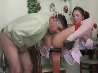 Násťročné v podkolienky gets fucked podľa staršie dude