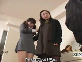 Subtitle ubrane kobiety i nadzy mężczyźni japońskie uczennica i mamuśka połów peeper