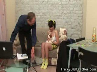 En chaleur vieux prof seducing la adolescent virgin poulette.