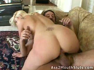 Anala loving honung stacy thorn receives double körd på den soffan av two sexig hunks