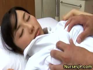 Japonesa asiática enfermeira apalpada por dela paciente