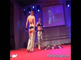 2 fete inauntru lesbie showcase cu public