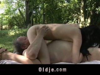 E shëndoshë i vjetër njeri fucks adoleshent në the woods