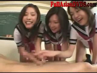 Asiatisch schule grils spielen im klassenzimmer