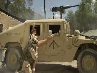 Сексуальна hotty jadra holly receives її манда fingered і banged по a soldier