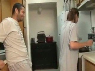 Saudara dan sister menghisap zakar dalam yang dapur