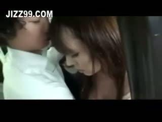 Hooters milf fodido em autocarro em frente de marido