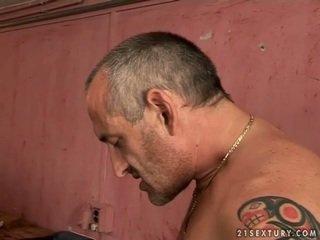 Dễ thương thiếu niên cô gái tóc vàng gets fucked lược qua xưa đàn ông