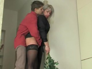 Milfka pobehlica seduces mladý chlapec
