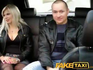 Faketaxi abielumees watches abielunaine getting perses
