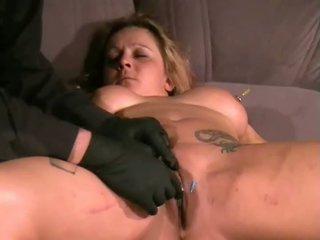 Ginas amateur aiguille torture et faciale piercing