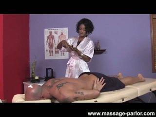 كبير الثدي خشب الأبنوس masseuse gives super حار وظيفة اليد