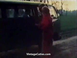 Sự rút lại cô gái fingered trong một xe hơi