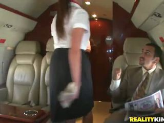 Two smut stewardesses έχω bonked αρωματώδης σε ένα plane