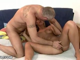 Seksi rambut pirang linda ray mengisap an tua titit
