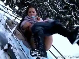 Ora masturbates em o snow