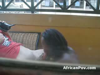 Африканська дівчина gives біла турист туга мінет till він cums