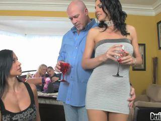 Super hawt couples deciding apie kas į padaryti į jų seksas vakarėlis!