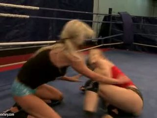 Laura kristall und michelle soaked cat kampf im ring