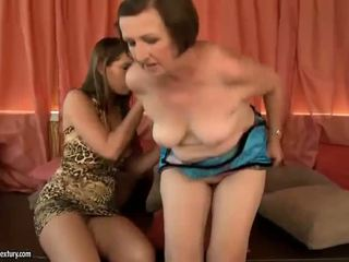 Бял горещ момичета having лесбийки секс