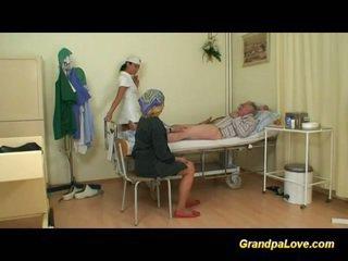 Дядо мадама чукане на медицинска сестра
