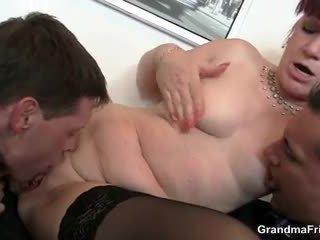 Öz eğlence bayan swallows two dicks