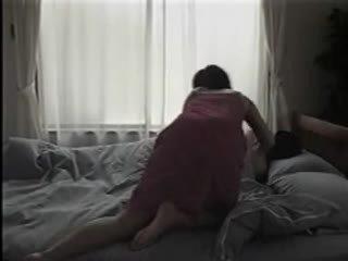 Japonská žena svlékání a having pohlaví na the lůžko