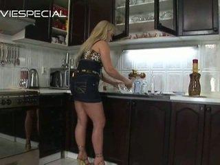 Die fette Ebenholz-Hausfrau Xena fickt ihren Mann in einer Küche
