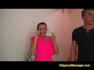 Божевільна poolboy enjoys a slippery масаж з щасливий