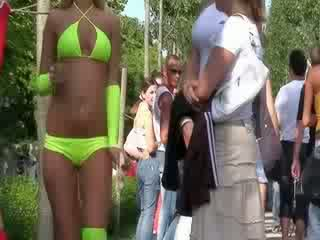 Các sexy bikini búp bê là performing một tuyệt đẹp buồn cười dance vì các niềm vui của các công khai