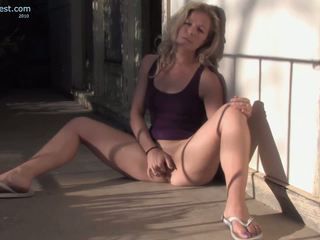 媽媽 感覺 喜歡 自慰 她的 twat outdoors