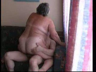 Babička na koni těžký na gauč video