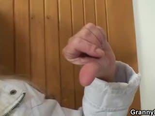On brings blond babička domácí pro těžký souložit