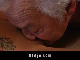 Gigantyczne stary człowiek shagging a thin kurewka