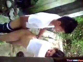 Menina fazendo sexo 無 fundo da escola