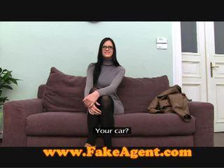 Skvostné bruneta násťročné fucks the fake agent