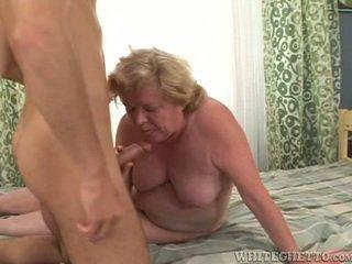 Ona smět být starý, ale ona jistý knows jak na dřina the tuk kohout!